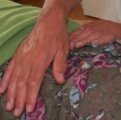 Renés Hände auf Claudias Rippen